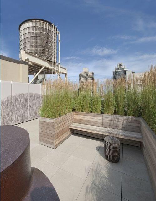 roof top ideen für gartengestaltung mit hohen gräsern und holzbank