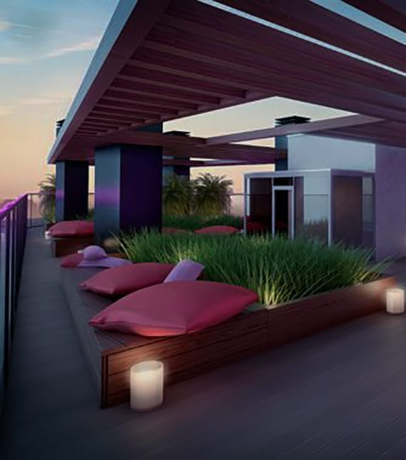 dachgarten ideen für roof top terrassen mit pergola und holzpodesten mit kissen als sitzbereich
