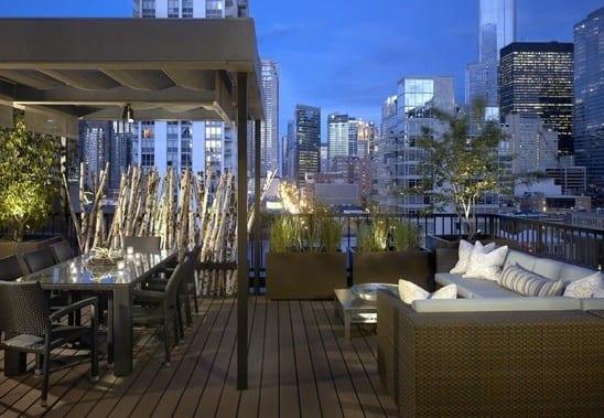 einrichtung dachterrasse mit rattan-sitzecke und esstisch_roof top terrasse gestalten mit überdachung und äste von birke
