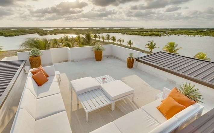 roof top inspirationen für moderne dachterrassengestaltung mit sofa weiß und orangen dekokissen