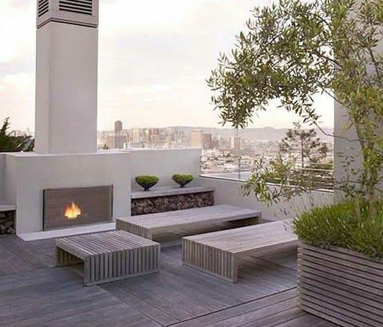 moderne roof top terrasse mit kamin und holz bänken_exklusive dachterrassengestaltung ideen