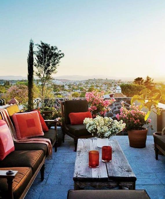 roof top designideen für dachterrassengestaltung sofas und seats in braun dekoriert mit rosafarbigen kissen