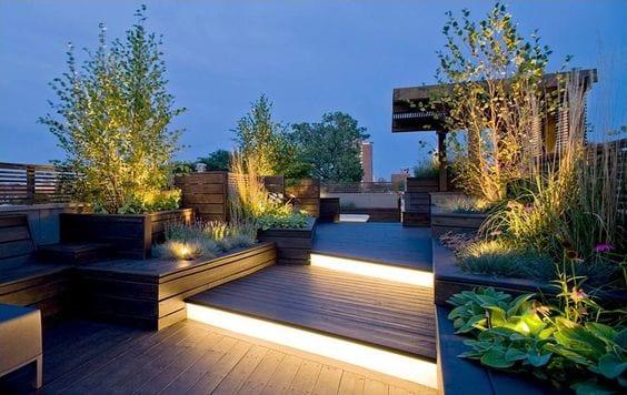gartengestaltung ideen mit beleuchtung und holz für roof top terrassen