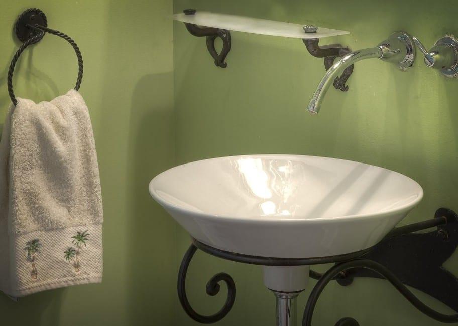 kleines Bad modern gestalten mit wandfarbe grün und kleinem waschbecken rund_schäne Badmäbel in kombination mit Schmiedeeisen für schöne bäder