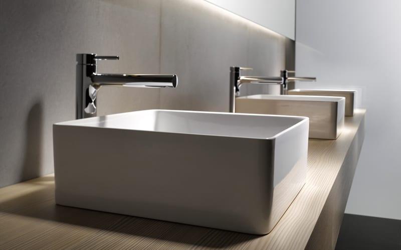 bad modern einrichten mit holzwaschtisch und modernen rechteckigen waschbecken und badezimmerspiegel mit indireckter beleuchtung