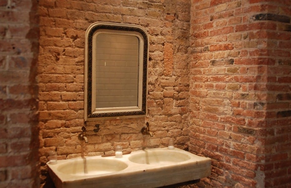 Vintage Badezimmer Design mit ziegelwänden und Naturstein Doppel-Waschbecken_badmöbel und badezimmer inspirationen für moderne badgestaltung