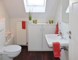 Badmöbel-für-modernes-bad-in-weiß-mit-dachschräge-Aktuelle ...