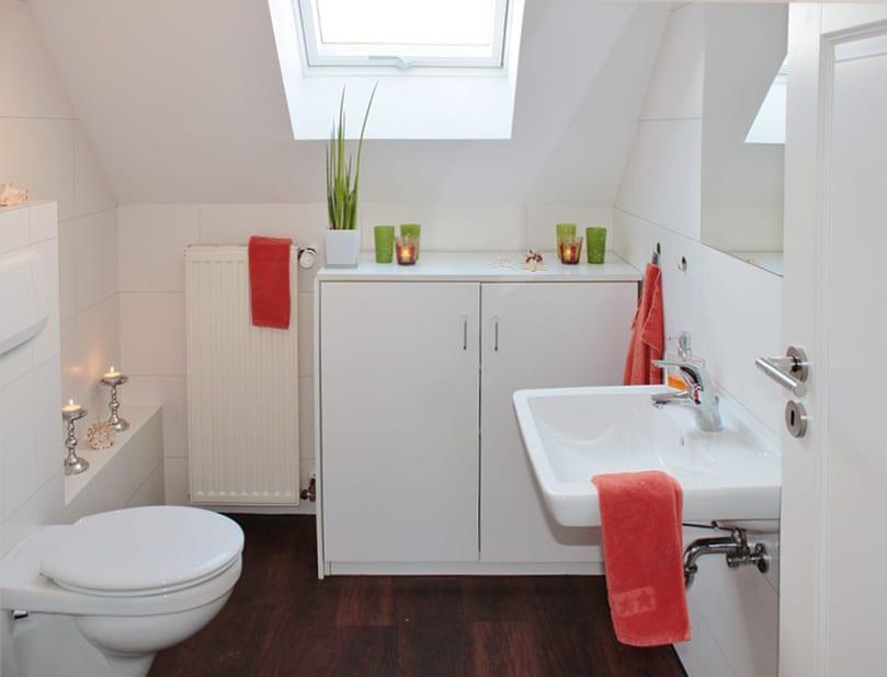 passende badmöbel für kleines und modernes bad mit dachfenster_weißes badezimmer dekorieren in grün und rot