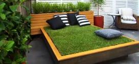 Bett aus Paletten und Gras im Garten anlegen