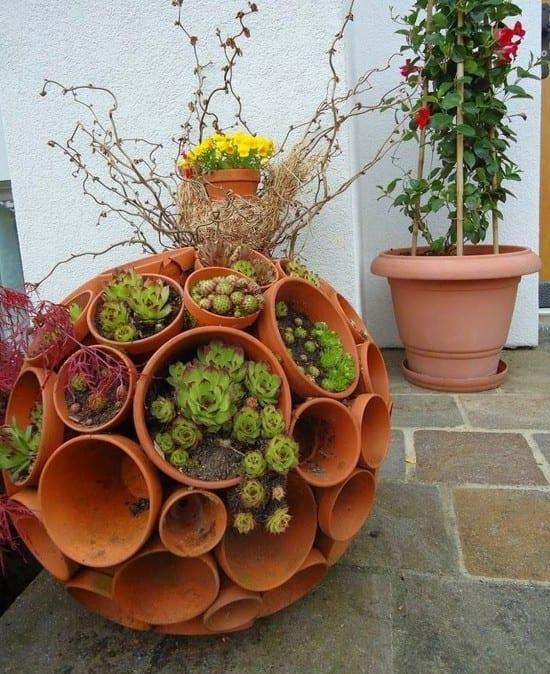 gartenideen für gartendeko mit blumentöpfen und fettpflanzen