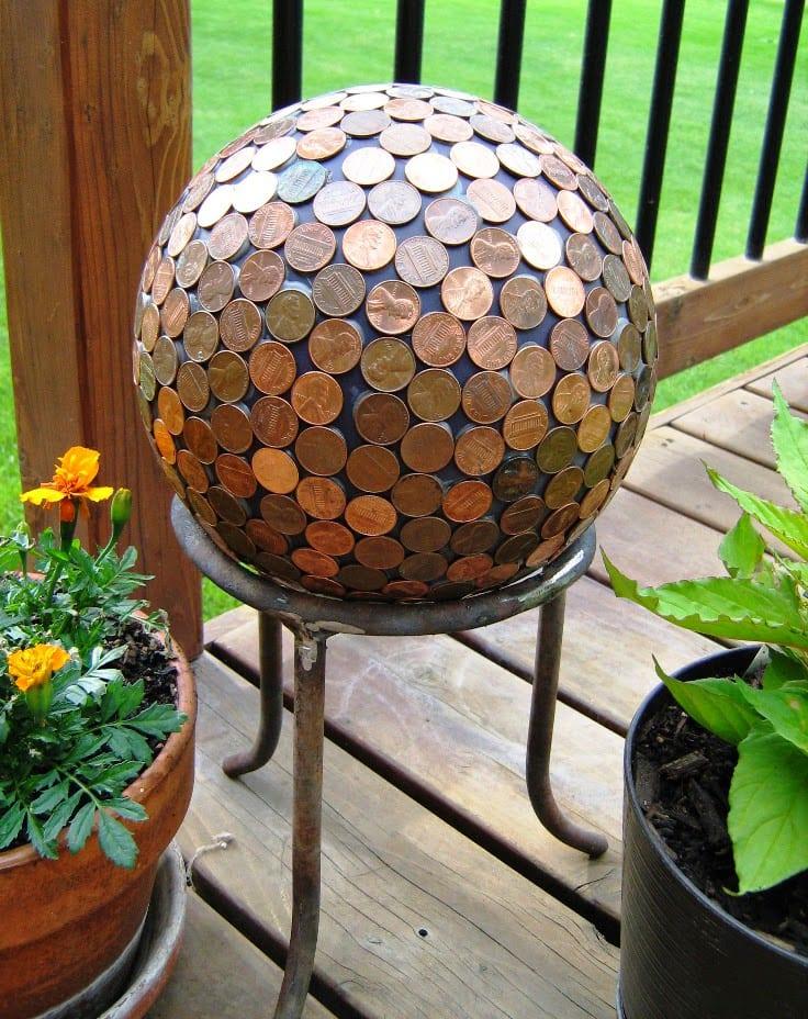 gartendekoration basteln mit münzen_interessante gartenideen mit selbstgemachten gartenkugeln