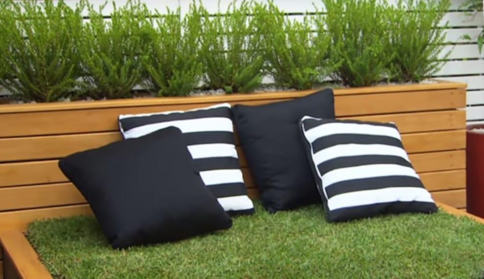 mein schöner garten gestalten mit selbstgebautem bett aus paletten und rasen_garten und terrasse elegant gestalten mit gras-bett und schwarzweißen kissen