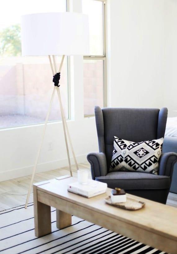 moderne Tischlampe selber bauen mit Lampenstativ und lampenschirm weiß_modernes wohnzimmer mit couchtisch aus massivholz und armsessel grau
