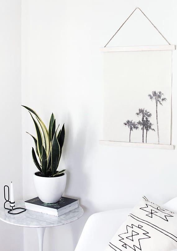 coole basteln idee für diy wanddeko mit fotodruck auf textil_dekoideen in schwarzweiß mit beistelltisch rund, kerzenhalter schwarz und weißem blumentopf