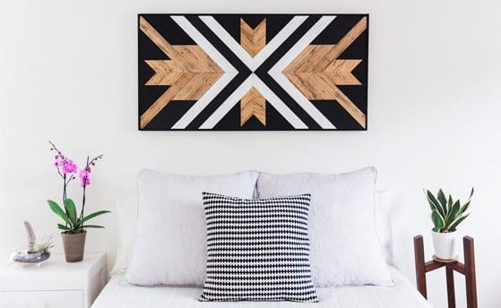 wanddeko selber basteln aus holzfußbodenbelag_wohnzimmer design in weiß und schwarz mit diy bilder