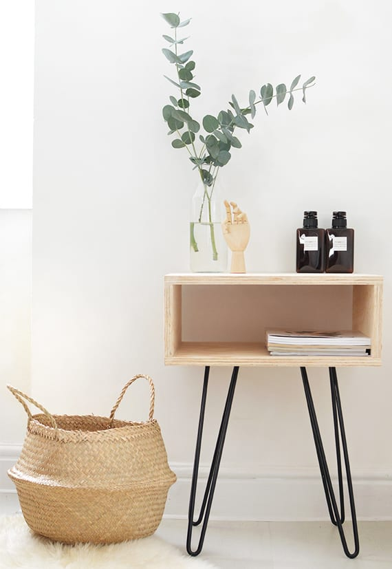 schlafzimmer dekoideen mit diy nachttisch aus holz mit schwarzen metallfüßen und pflanze im glas mit wasser
