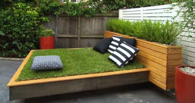 garten gestalten mit bett aus paletten und gras der kleine garten sch n einrichten freshouse. Black Bedroom Furniture Sets. Home Design Ideas