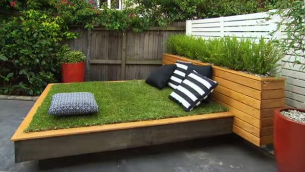 bett aus paletten selber bauen und mit gras anlegen als coole bastelidee für diy gras-bett für gartengestaltung