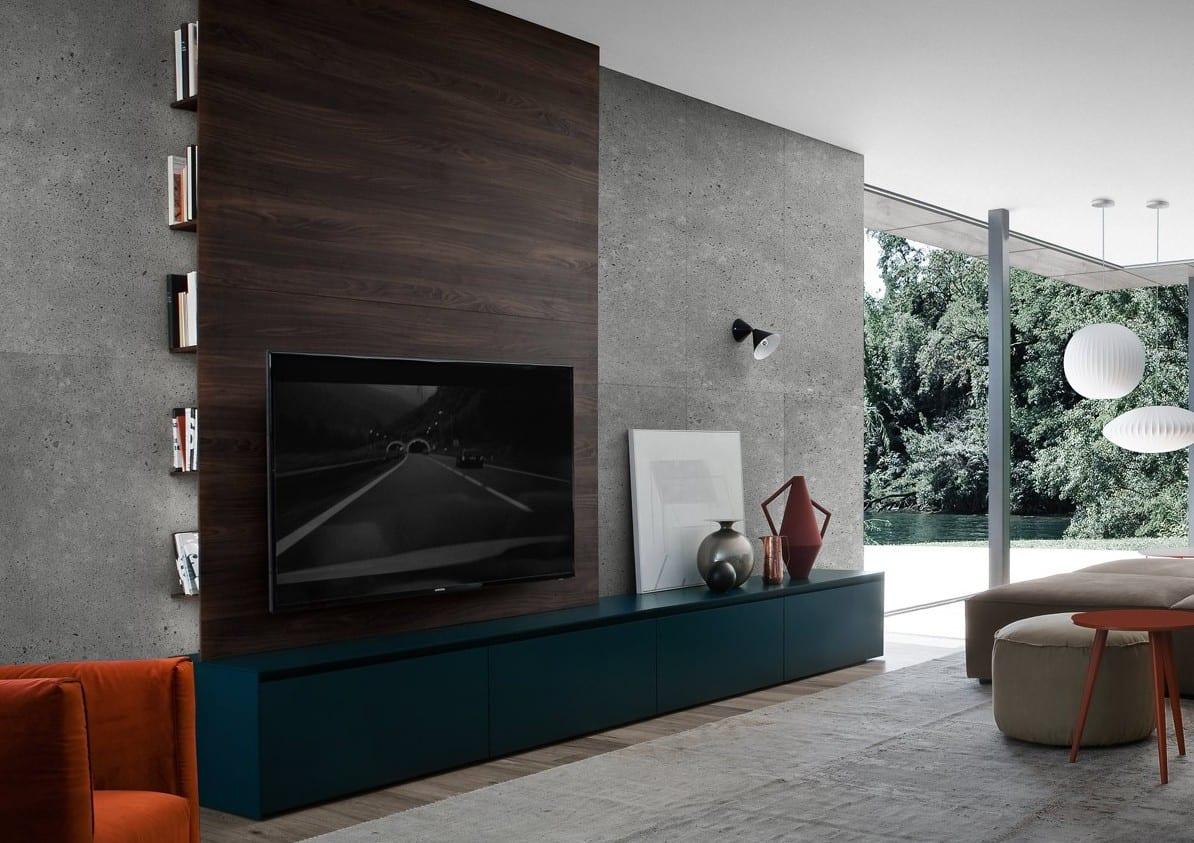 inspiration für wohnzimmer design mit betonwand dekoriert mit modernem tv lowboard blau und tv wand aus dunkelholz mit seitlichen Buchfächern