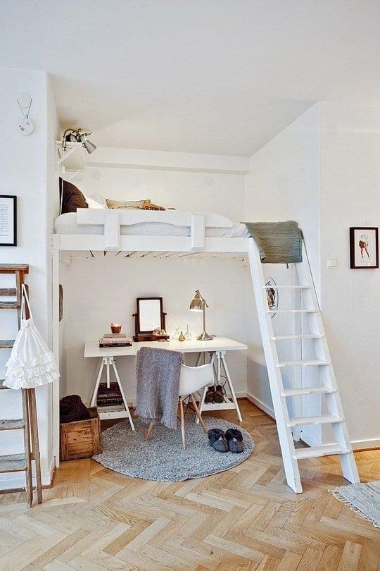 wohnideen für kleines Homeoffice mit weißem schreobtisch unter weißem hochbett mit holzleiter