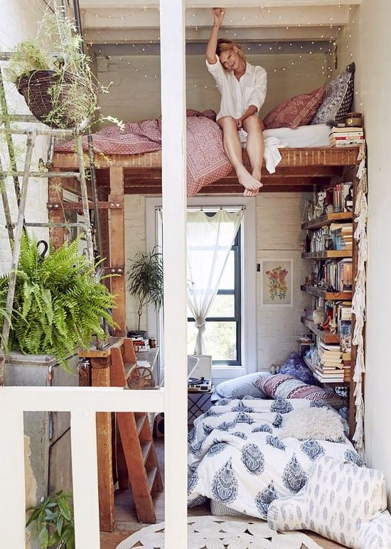 extrem kleine zimmer einrichten kreativ mit diy hochbett holz und diy bücherregal und kleine sitzecke unter dem bett