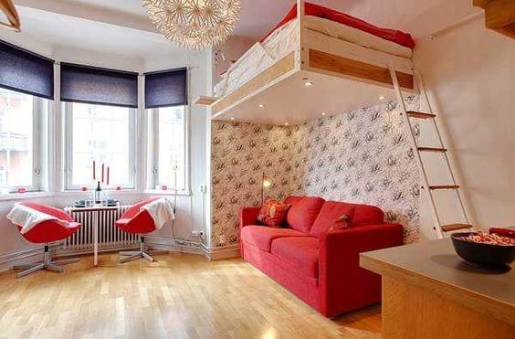 1 zimmer wohnung einrichten mit hochbet und einbeuleuchten_wohn esszimmer gestalten mit sofa rot und blauen fensterrollen