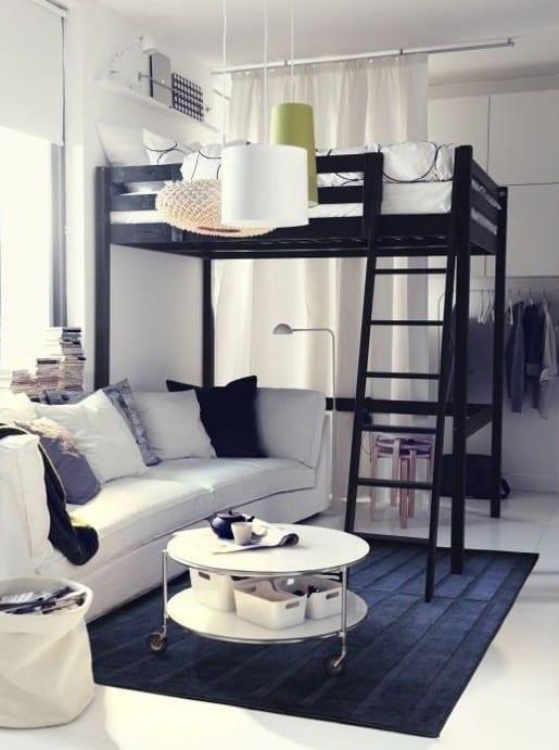 einrichtungsbeispiele für 1 raum wohnung mit sofa und rund couchtisch weiß unter hochbett mit leiter in schwarz