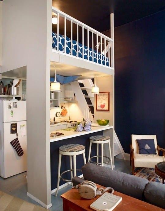ein zimmer wohnung einrichten mit kleiner küche und hochbett weiß und wandfarbe dunkelblau
