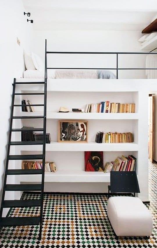 coole wohnideen für kleine zimmer mit loft schlafbereich mit garderobbe und schwarzen metallleiter