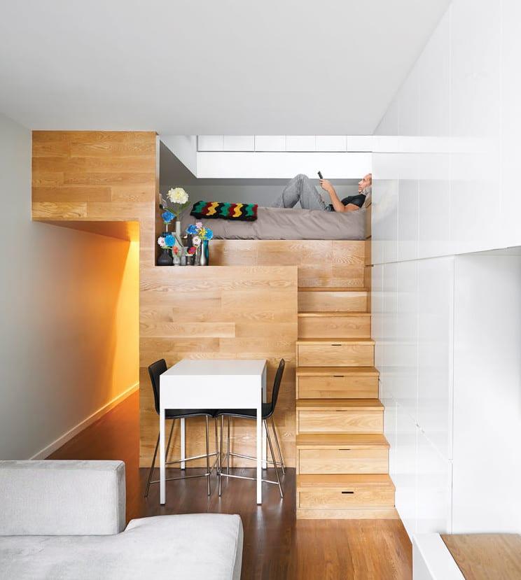 1 raum wohnung kreativ einrichten mit hochbett holz und kleines wohnesszimmer mit eingebauten schränken mit weißen hochglanztüren