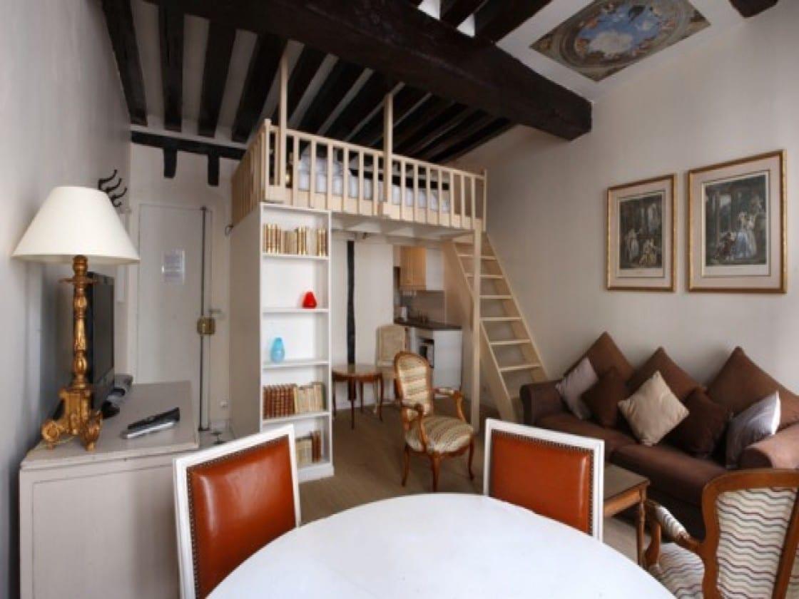 1 raum wohnung mit sofa braun und küchezeile unter hochbett holz