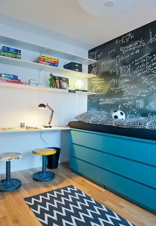 kreative kinderzimmer gestaltung mit blauen IKEA regallen und halbhochbett mit schwarzem bettbezug und schwarzer kreidetafel