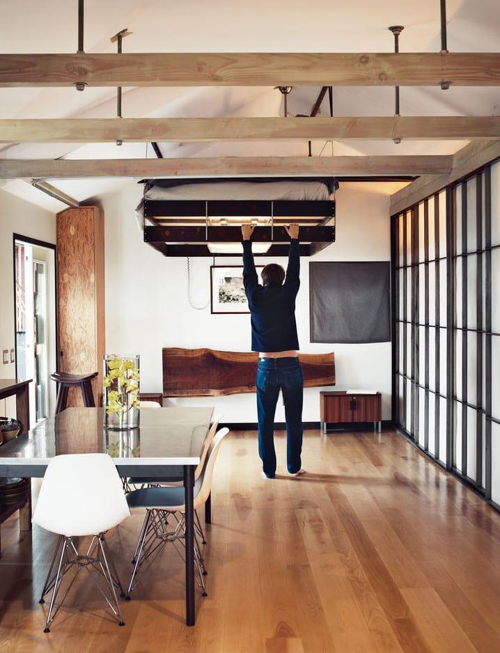 coole wohnideen für kleine wohnung mit diy hochbett und darunter eingebautem deckenleuchte_wohnzimmer design mit holzbalken und schiebbaren türen japanischer stil
