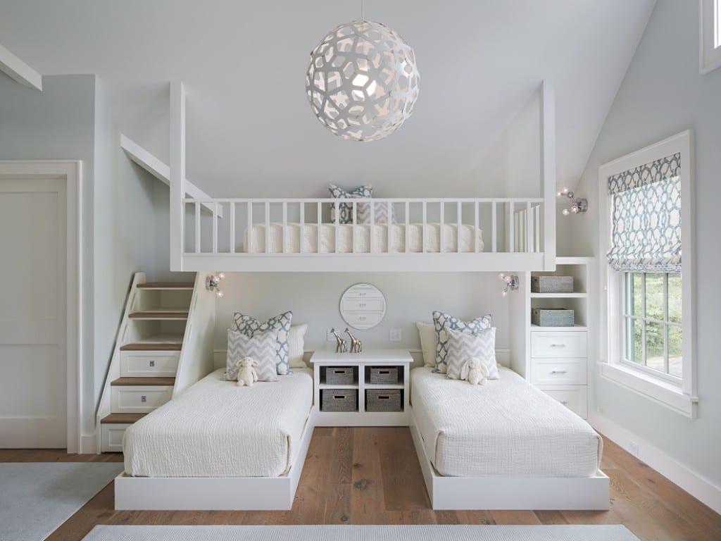 kleines schlafzimmer mit dachschräge für drei kinder einrichten mit loftbett über zwei kinderbetten