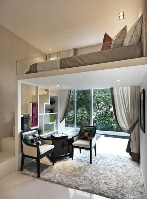 kleines wohnzimmer einrichten mit hochbett und regal-treppe in weiß