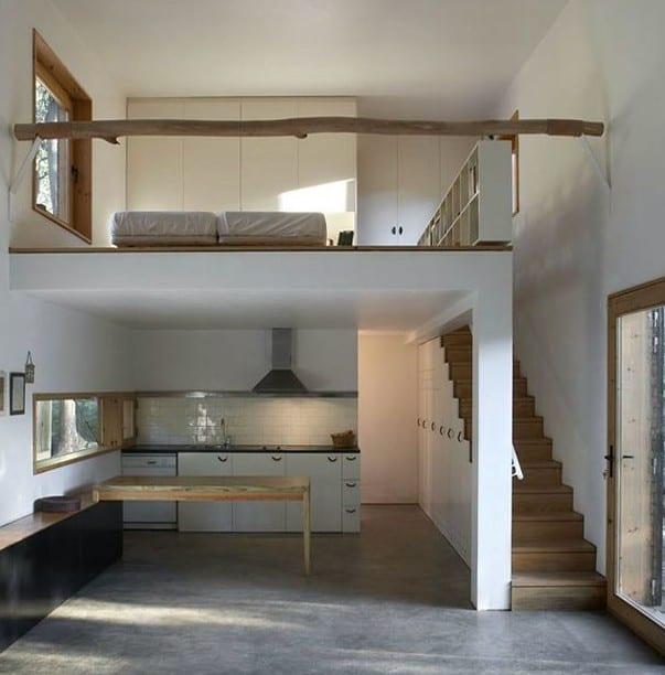 modernes haus mit loft schalfzimmer, diy geländer aus rundholz und Holztreppe mit eingebauten schränken über küche mit bandfenstern und esstisch aus massibholz