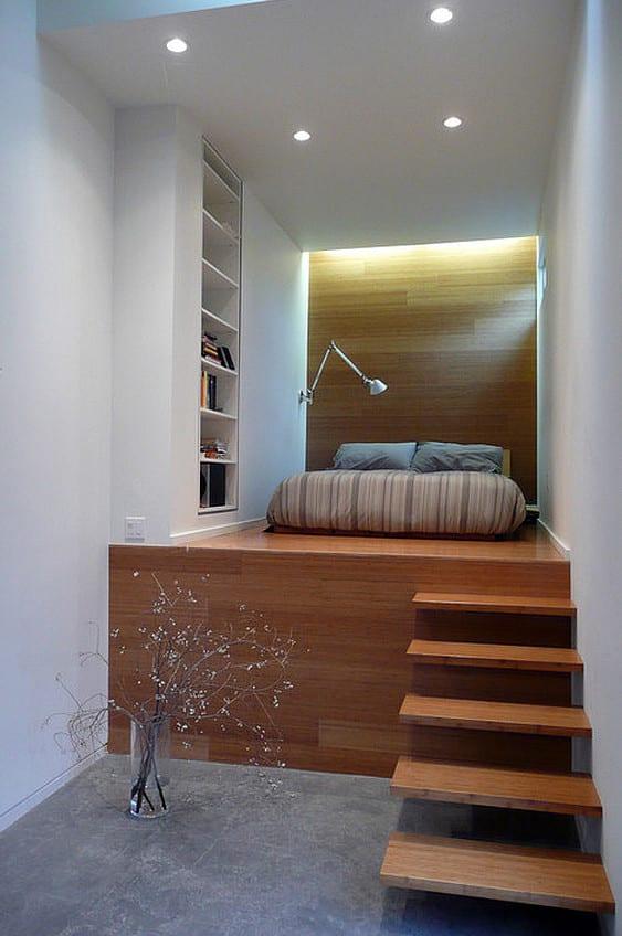 moder schlafzimmer gestalten mit akzentwand holz, eingebautem bucherregal und halbhochbett auf holzpodest mit holzstufen