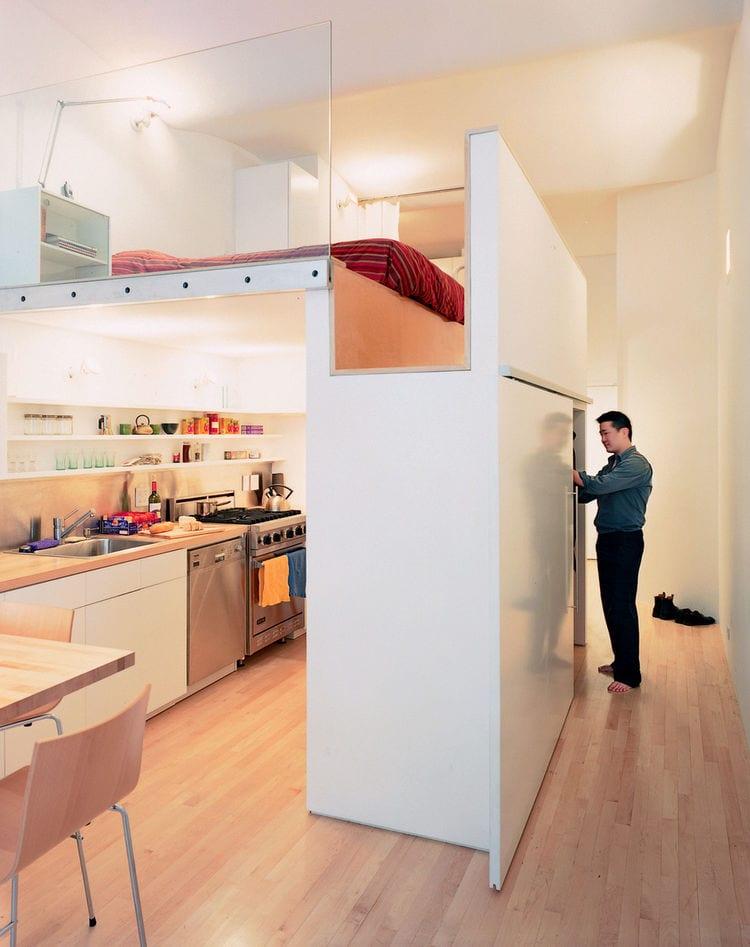 1 zimmer wohnung kreativ einrichten mit hochbett über kleinem wohnesszimmer mit küche und kleiderschrank als trennungselement