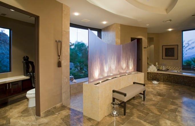 bad modern gestalten mit wandfarbe beige,bodenfliesen in natursteinoptik beige, glasraumteiler beleuchtet und großformatigen fenstern