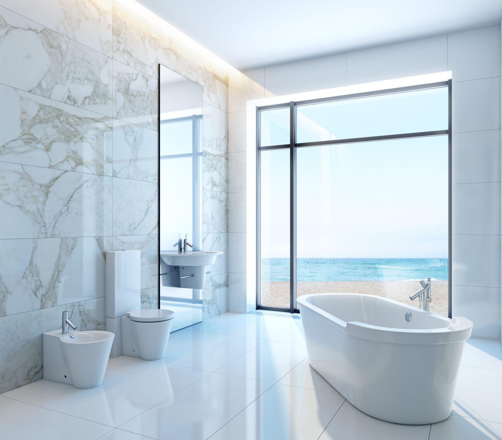 modernes bad weiß mit wandfliesen aus weißem marmor, waschbecken mit raumhohem spiegel und indirekter deckenbeleuchtung