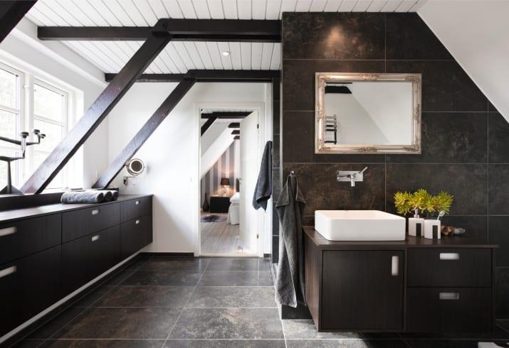 bad modern gestalten mit weißer holzdeckenverkleidung und schwarzen wand- und bodenfliesen