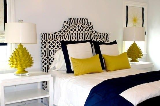 kleine schlafzimmer modern einrichten mit gelben tischlampen und blauen kissen, bettdecke und kopfteil