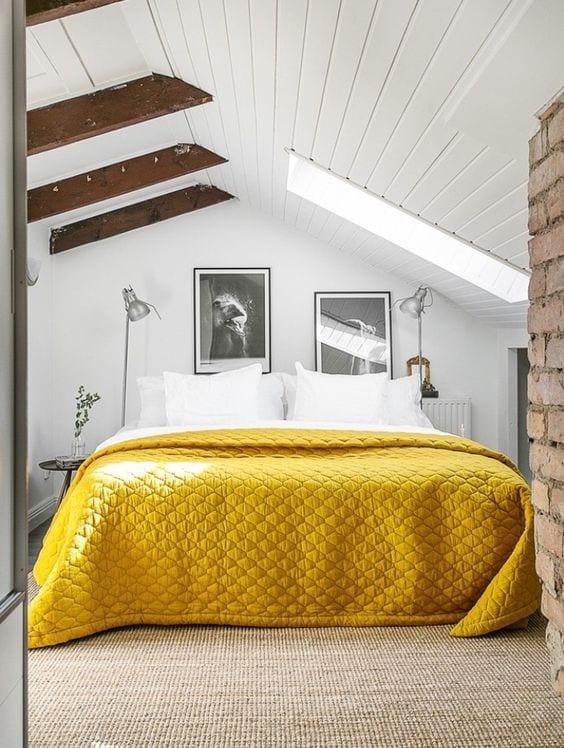 modernes kleines schlafzimmer mit dachschräge in weißem holz und dachfenster