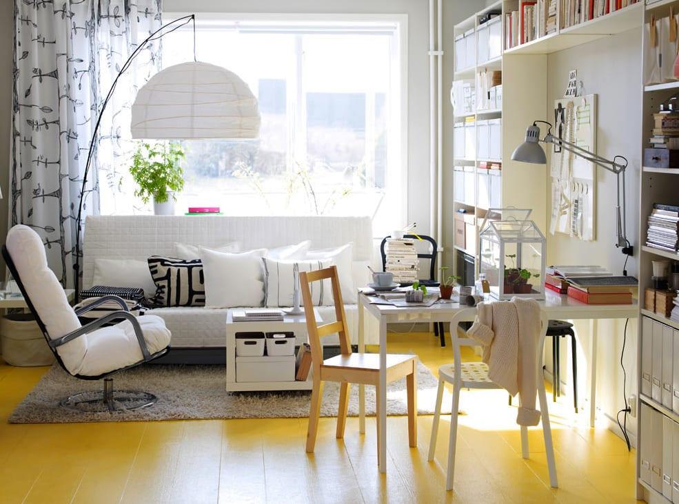 kleines wohnzimmer mit holzfußboden gelb, sofa und wandregal weiß undmoderne stehlampe und gardienen von ikea