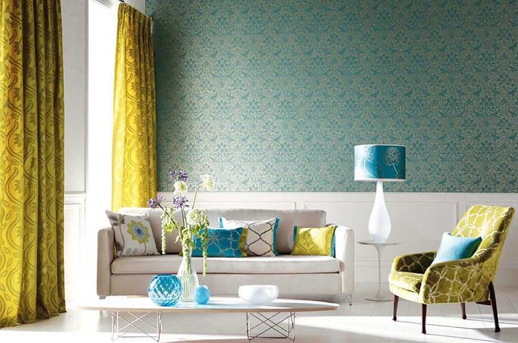 zimmer gestalten in gelb, blau und weiß_wohnzimmer weiß mit gelben vorhängen, sofa weiß und bodenbelag weiß und blaue tapete und dekoaccesories