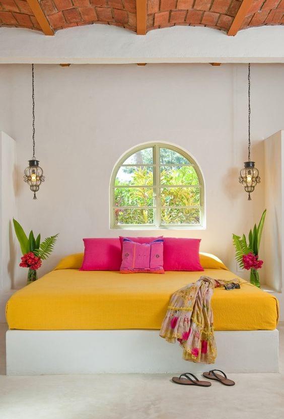 einrichtungsideen für kleine schlafzimmer mit weißen wänden und ziegeldecke_weißes bett mit gelebem bettbezug und kissen in pink