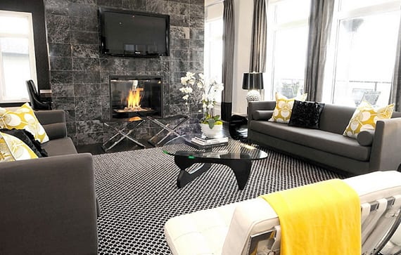 moderne wohnzimmer schwarz mit steinfliesen in schwarz für wandverkleidung und dunkelgrauen sofas und gardienen
