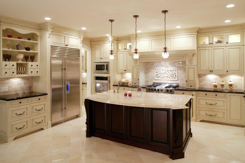 moderne küche einrichten mit holzküchenschränken in weiß, kochinsel aus holz mit weißer arbeitsplatte und pendellampen