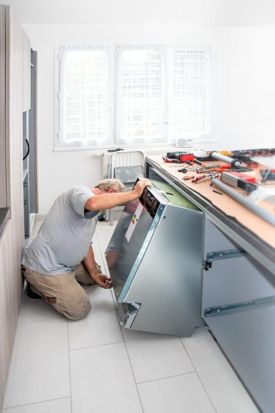 moderne küche mit kochinsel und eingebauten küchengeräten_renovierungstipps für die Küche