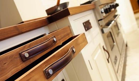 küche weiß mit Holzschubladen und DIY Griffen aus Leder